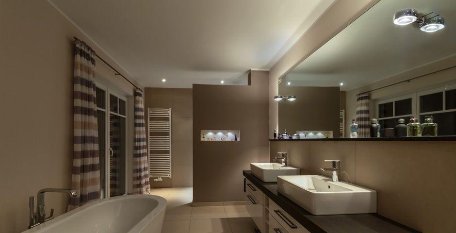 Badezimmer mit raffiniertem Lichtkonzept licht lighting