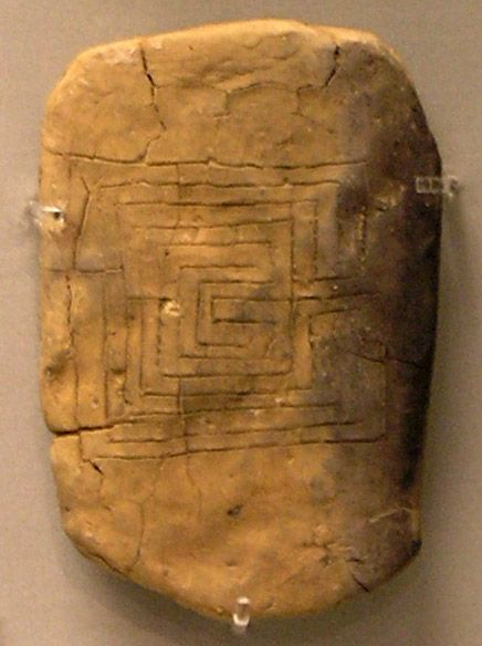 L'une des plus anciennes représentations connues de labyrinthe, sur une tablette d'époque mycénienne à Pylos. Musée national archéologique d'Athènes
