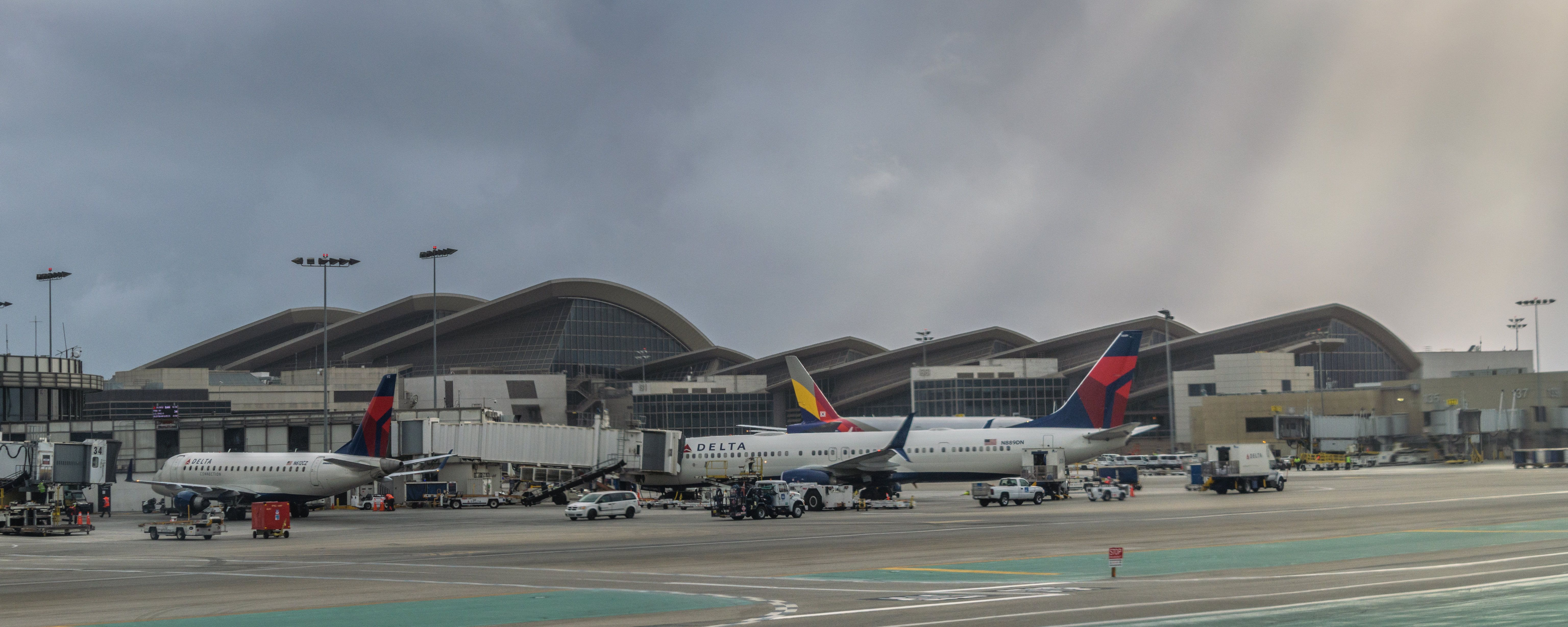Delta B739 Lax In 2020 Delta Airlines Los Angeles International Airport Airports Terminal