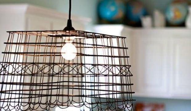 Una lámpara con una cesta de alambre