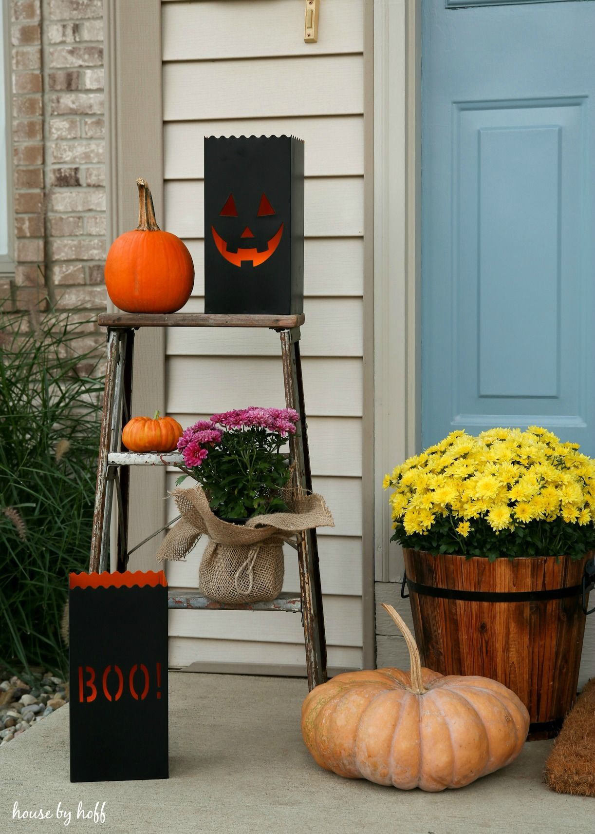 Add a spooky touch to your decor with these Halloween luminaries - Halloween House Decoration
