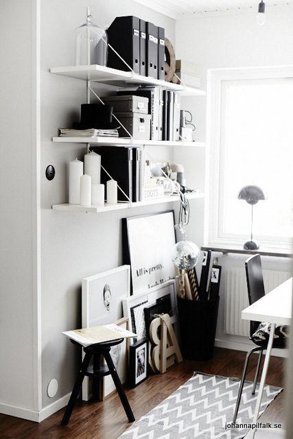black and white workspace puristischer arbeitsplatz mit viel stauraum home office. Black Bedroom Furniture Sets. Home Design Ideas