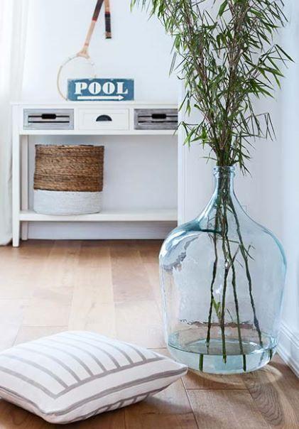 Bodenvase Beluga macht sich perfekt als XXL Vase im Flur oder einer ungenutzten Wohnzimmer-Ecke. #bodenvasedekorieren