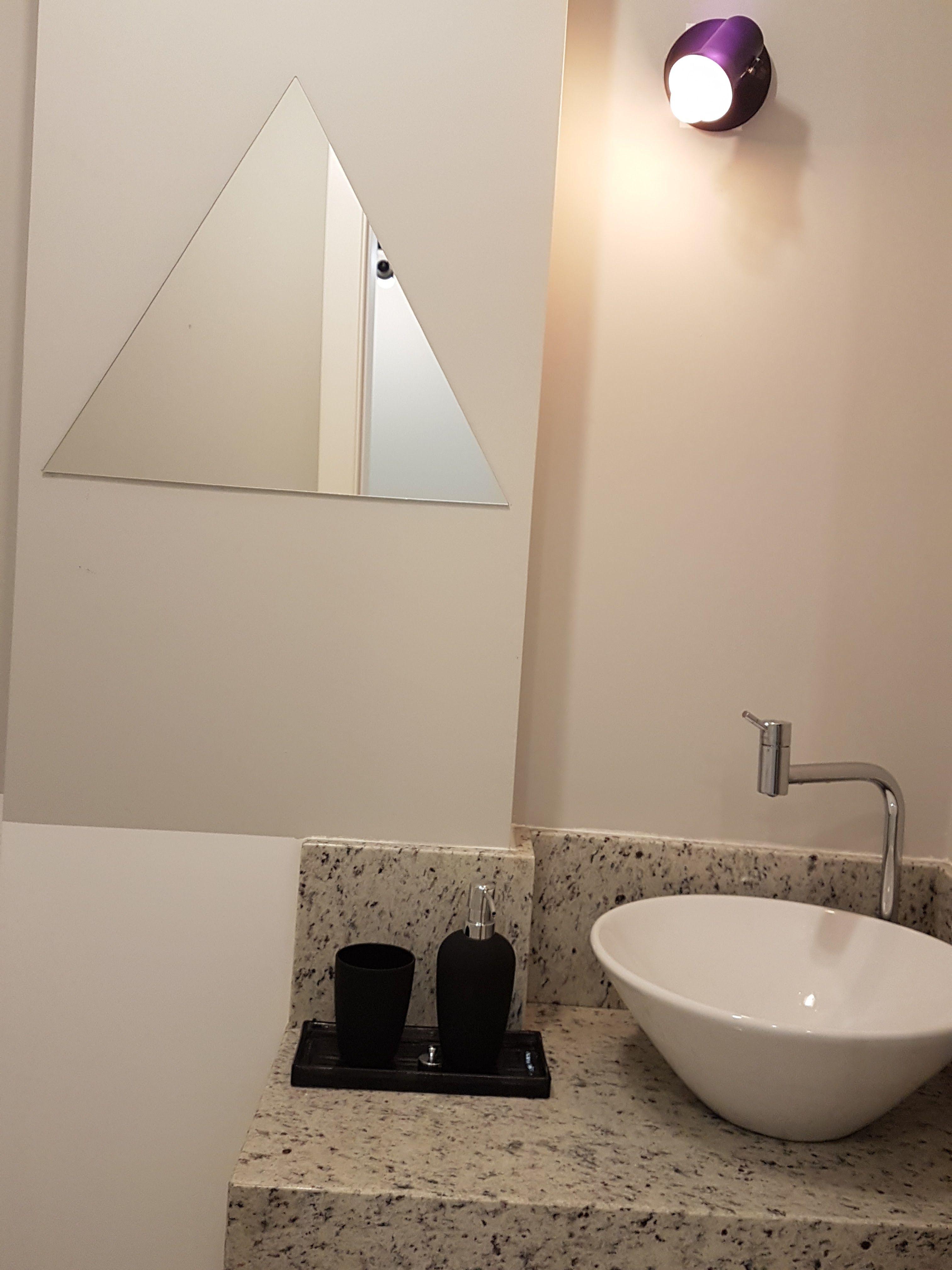Banheiro Com Pintura Cinza Espelho Triangular Ilumina O  # Muebles Westing