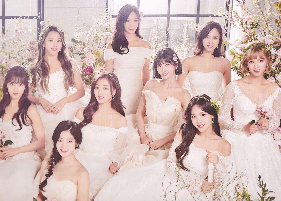 画像に含まれている可能性があるもの 9人 立ってる 複数の人 結婚式 屋外 Twice Photoshoot Twice Kpop Girls