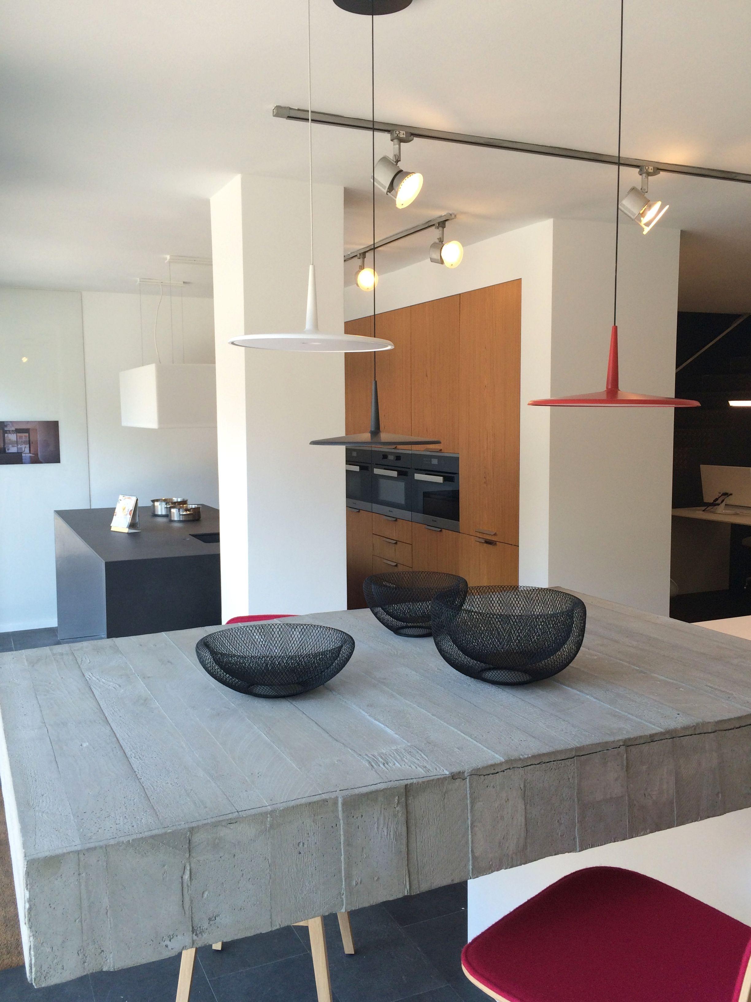En Nuestro Showroom En Cornell Encontrar S Mobiliario  # Muebles Blanco Poblenou