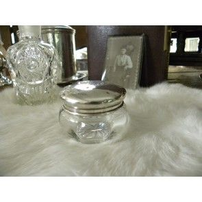 Oud Engels victoriaans (creme) potje met zilveren deksel en monogram. About antique crystal perfume bottle & silver lid.  http://www.ouwbollig.eu/