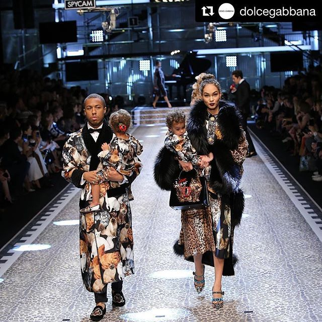 Espectacular @dolcegabbana con su colección #DGRinascimento en el #DGFW18 #DGFamily #DGmillennials | Photo by @fashiontomax #fashion #exclusive #luxury  via ONE BOOK MAGAZINE OFFICIAL INSTAGRAM - Celebrity  Fashion  Haute Couture  Advertising  Culture  Beauty  Editorial Photography  Magazine Covers  Supermodels  Runway Models
