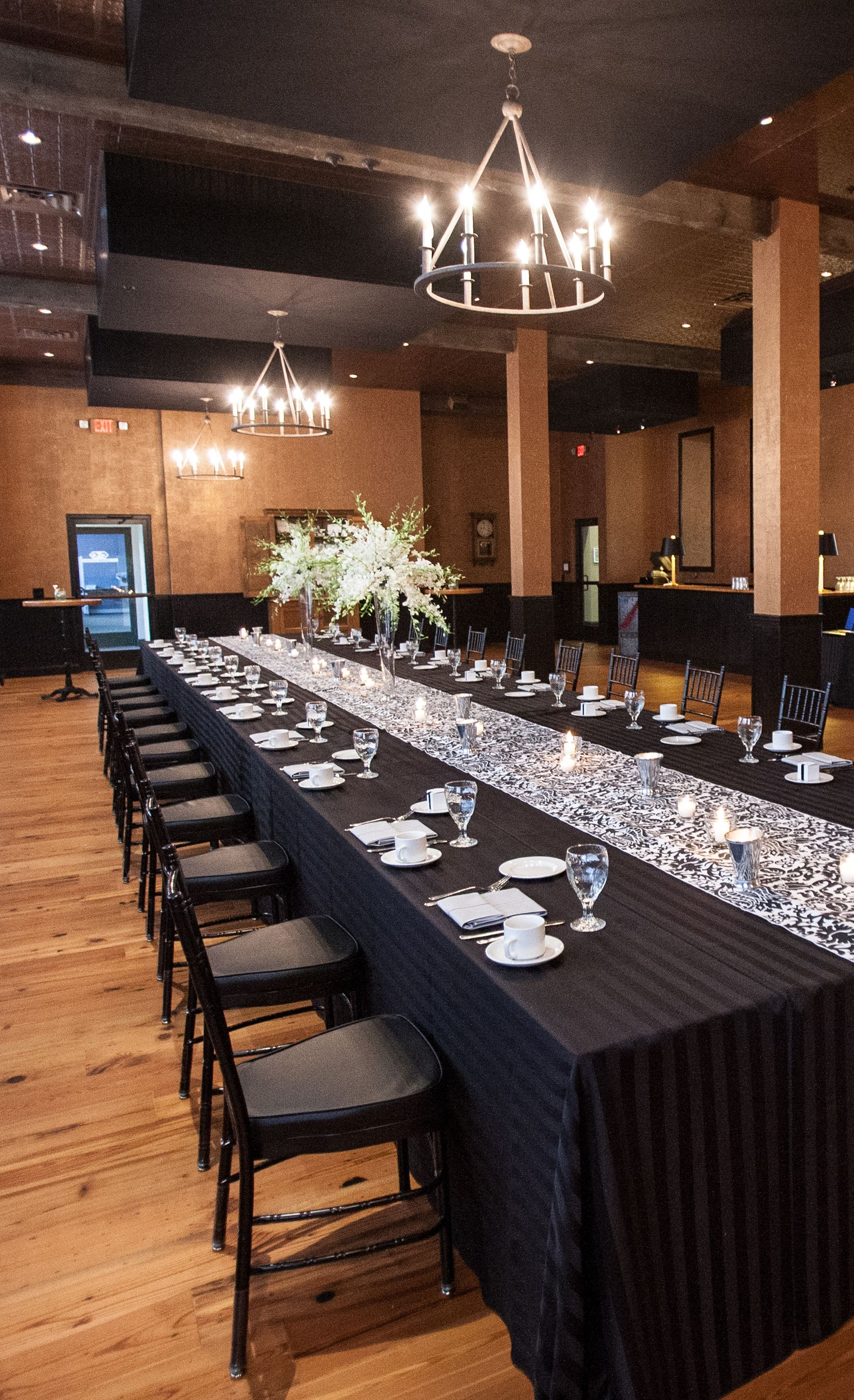 King's table with a black and white theme. See more www.specialo.com