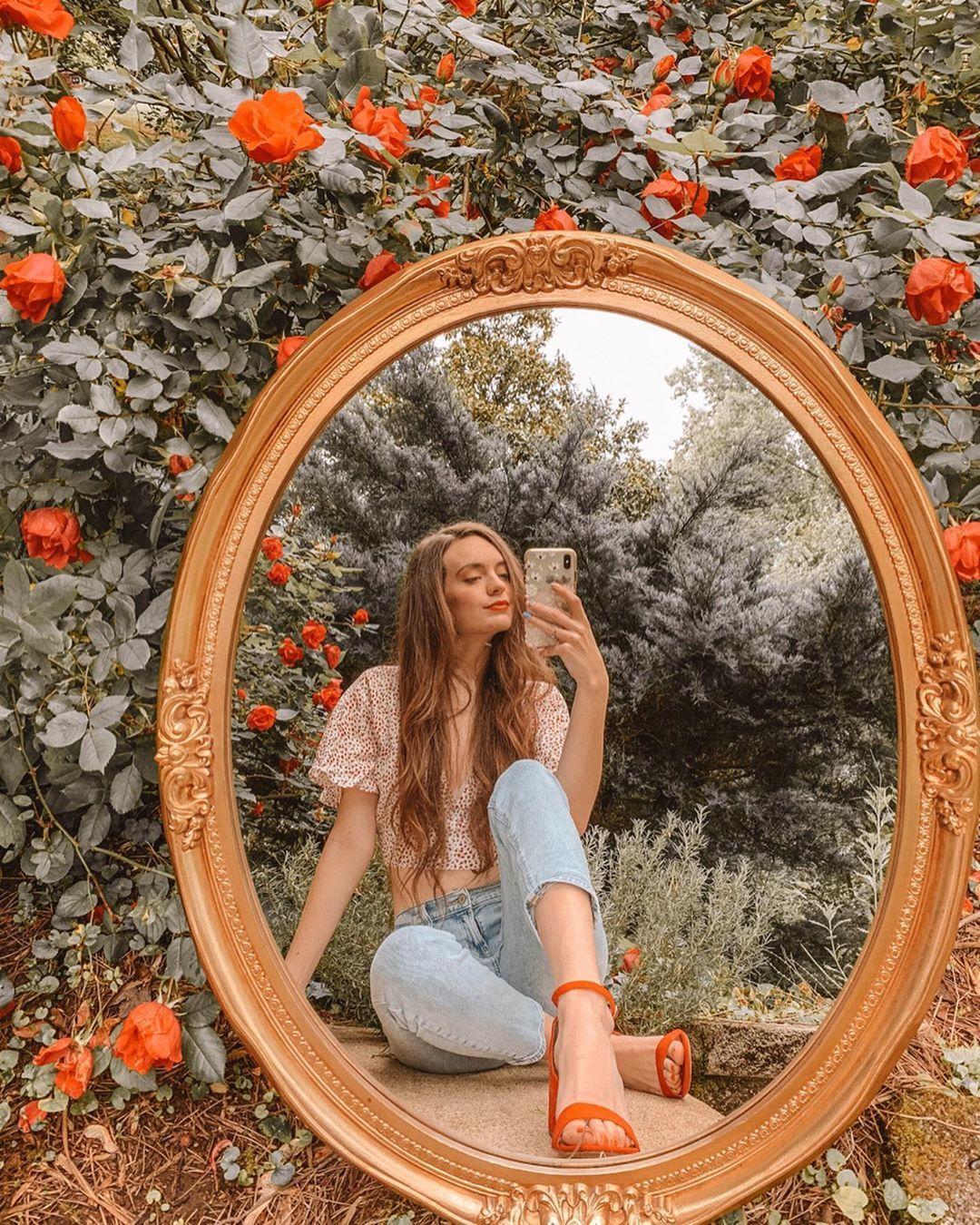 Chic Outside Mirror Selfie Trend Inspo Tiktok Trends Instagram Ideas Photography Instagram Photo Inspiration Creative Portrait Photography
