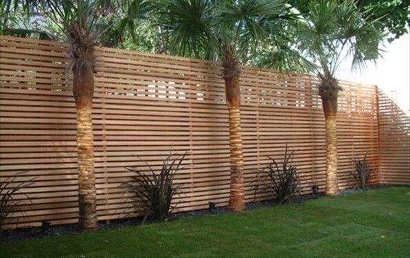 Decoracion de peque o jardin con paredes de madera for Paredes de madera para jardin