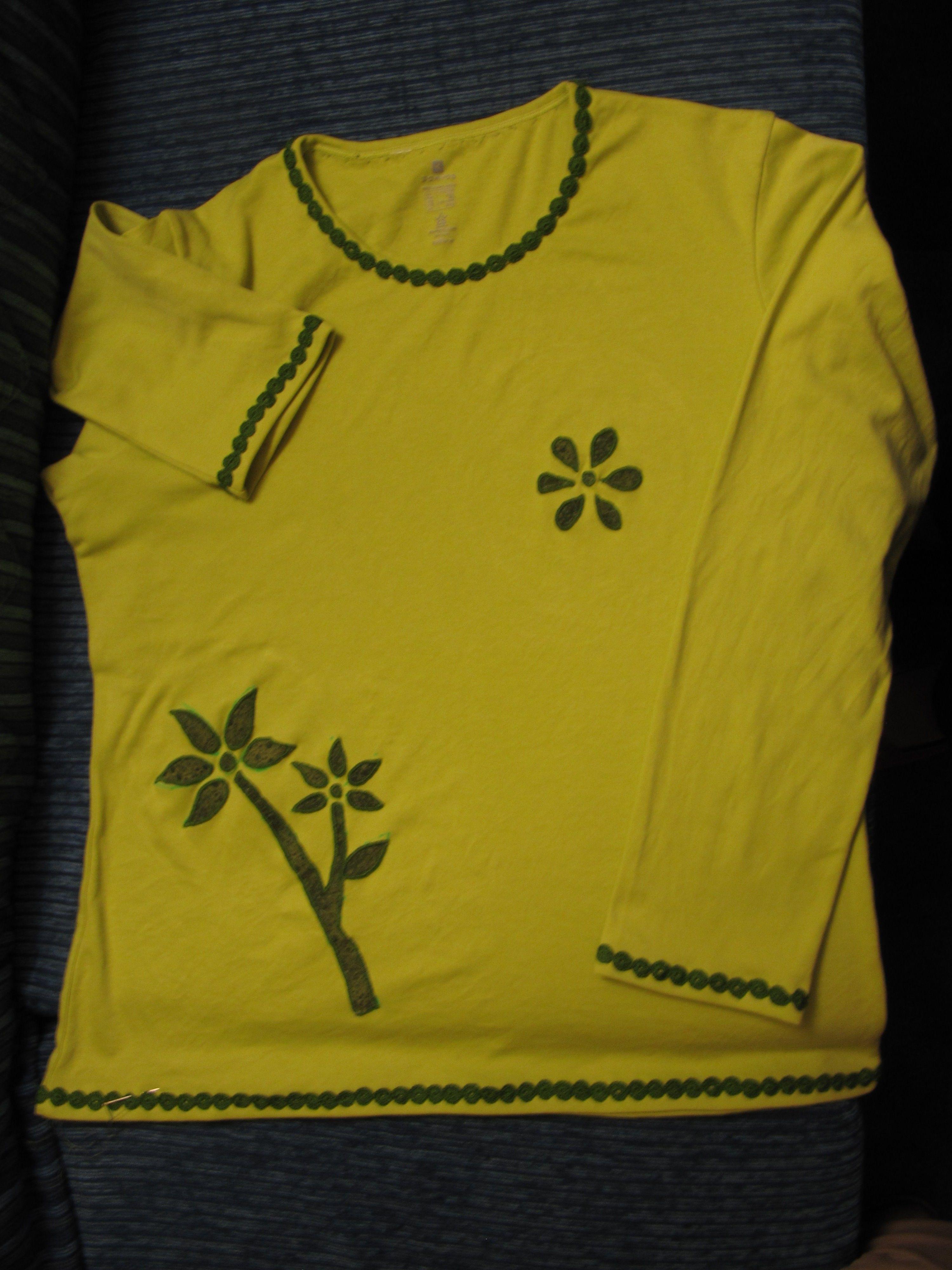 Camiseta verde con aplique y puntilla de ganchillo.
