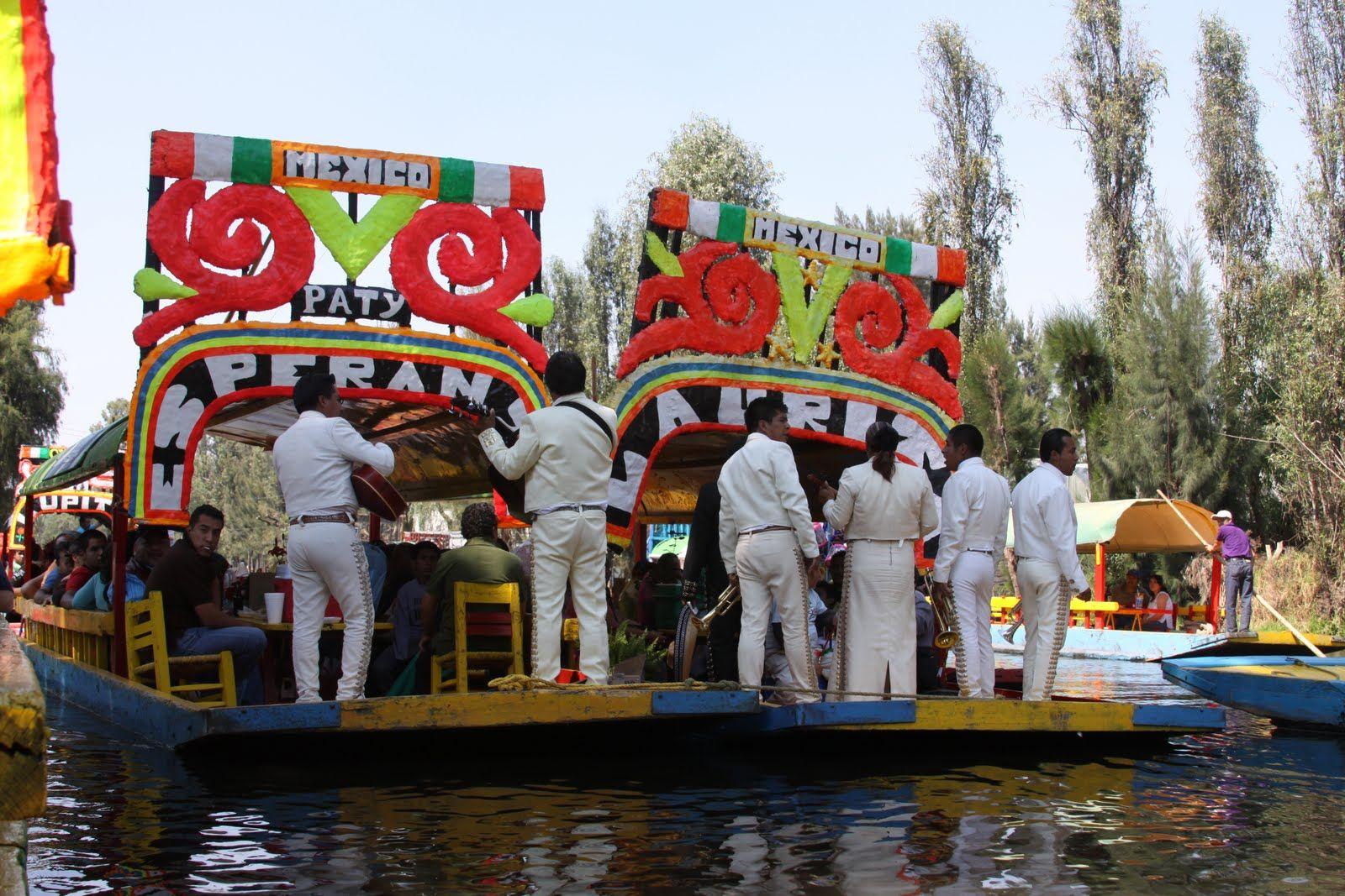El Mariachi En Los Canales De Xochimilco Xochimilco Mexico En