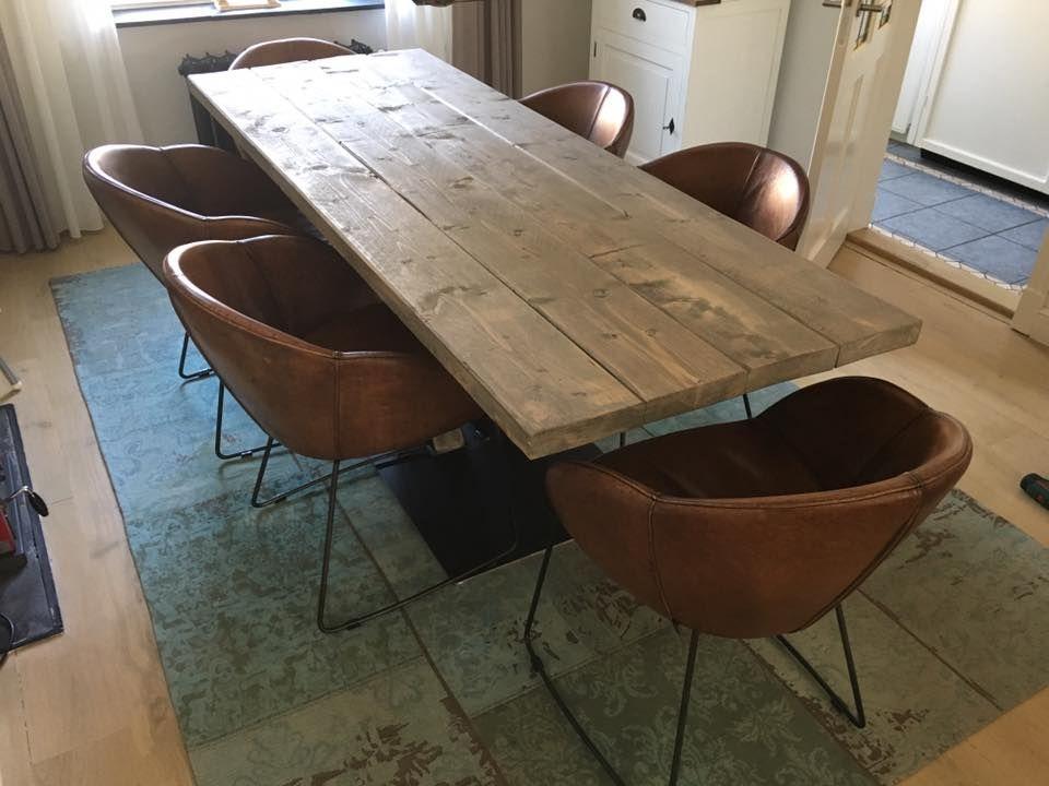 Steigerhouten eettafel met v poot de cognac leren stoelen for Eettafel stoelen cognac