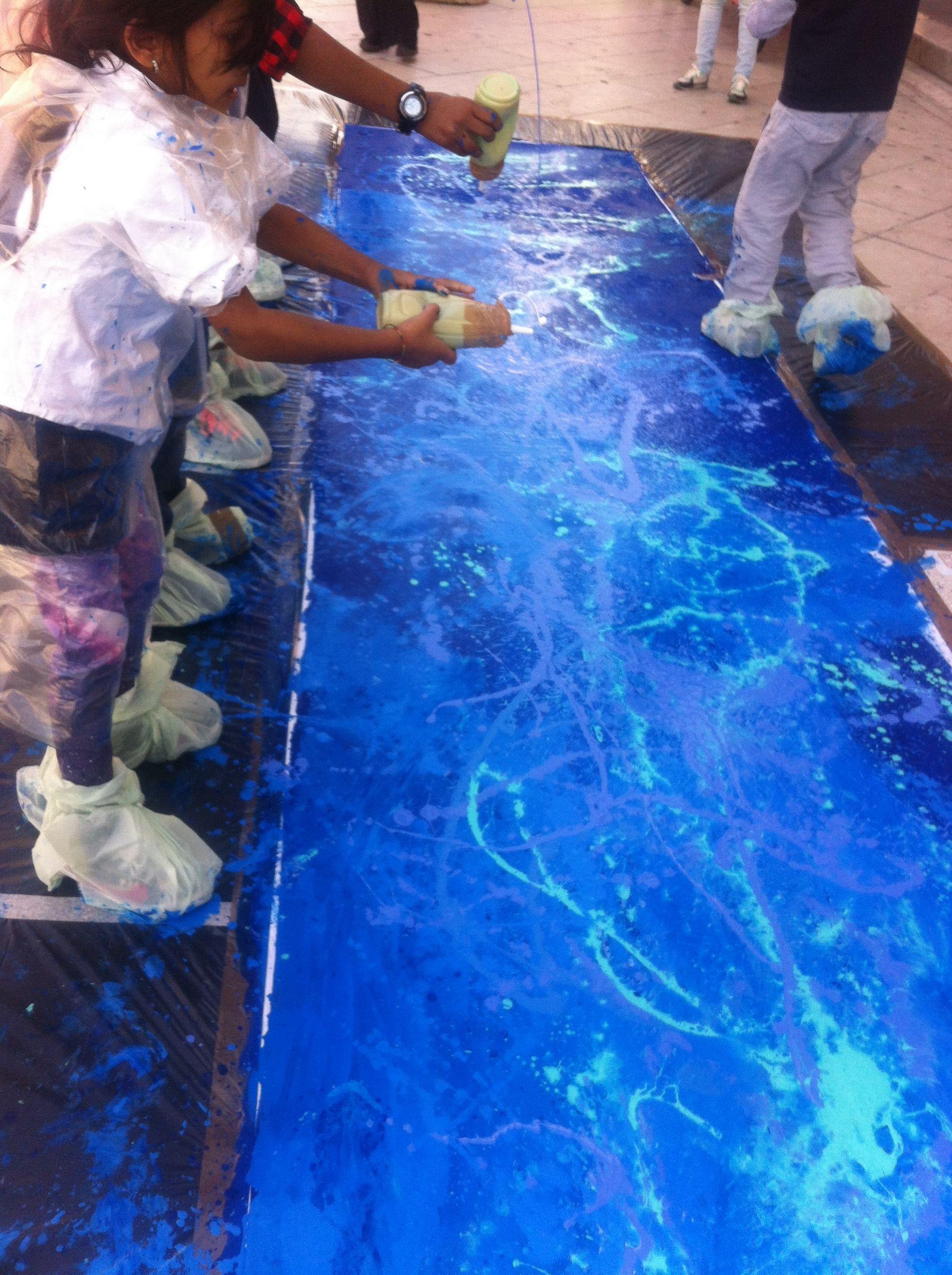 MOVIMENTO LIQUIDO   viaggio nelle acque di un mare di pace Un'attività en plein air volta a realizzare un'opera collettiva di arredo urbano a cura dei bambini e dei giovani della città, pensata per la manifestazione Blue Sea Land (www.bluesealand.it/).