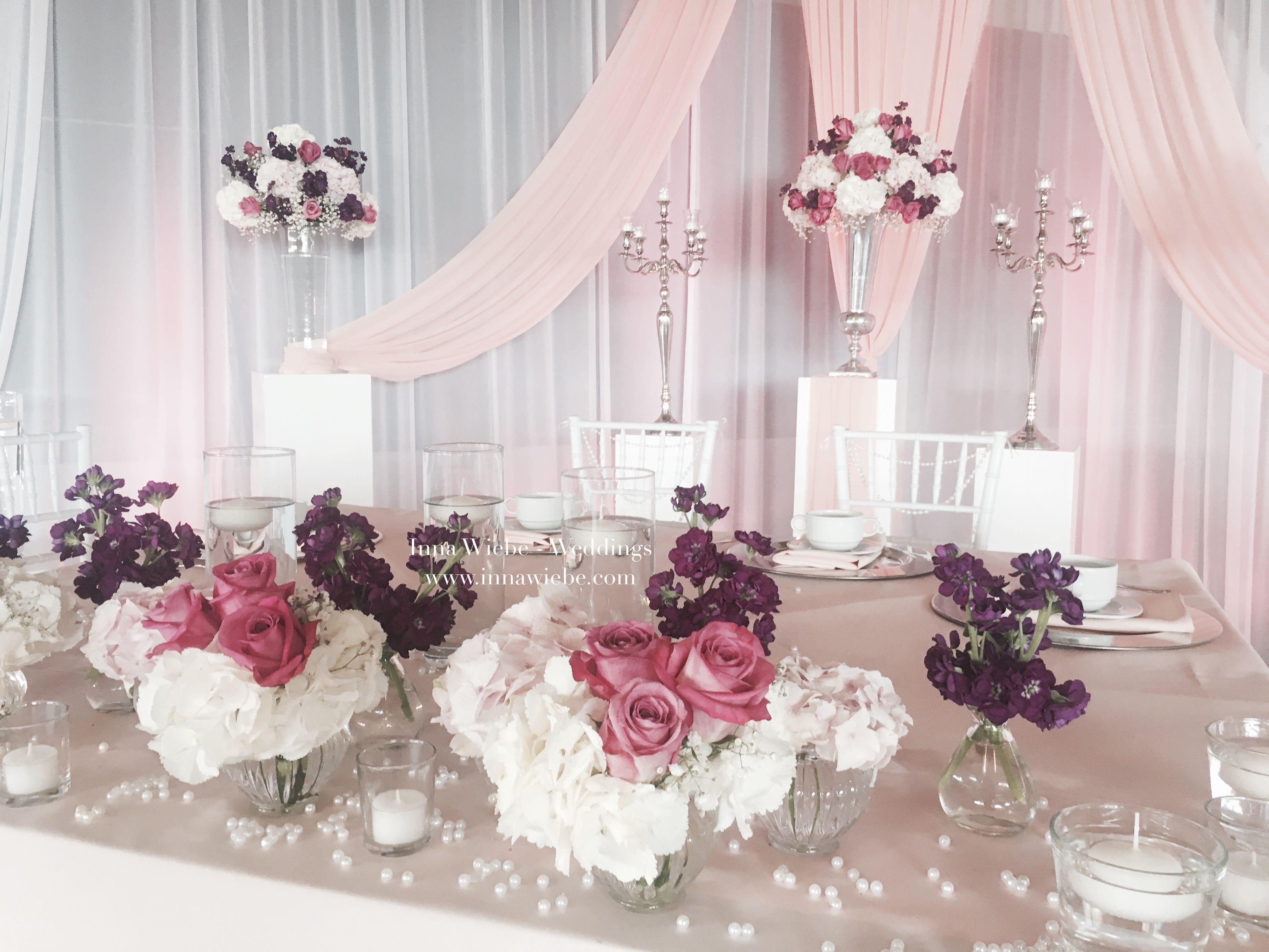 Brautpaartisch mit krftigen Akzenten in Lila