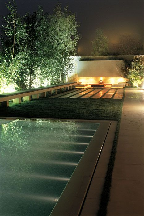 Áreas verdes definidas y mármol beige Piscina con iluminación