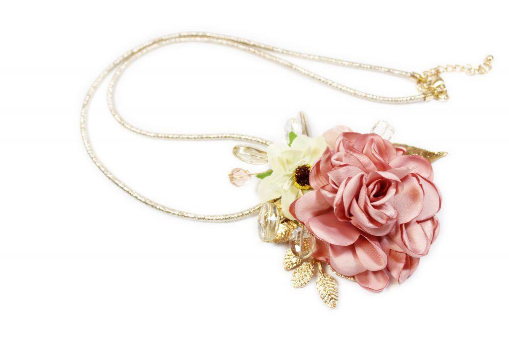 5e0708b84096 Collar largo con flores de tela y cristales