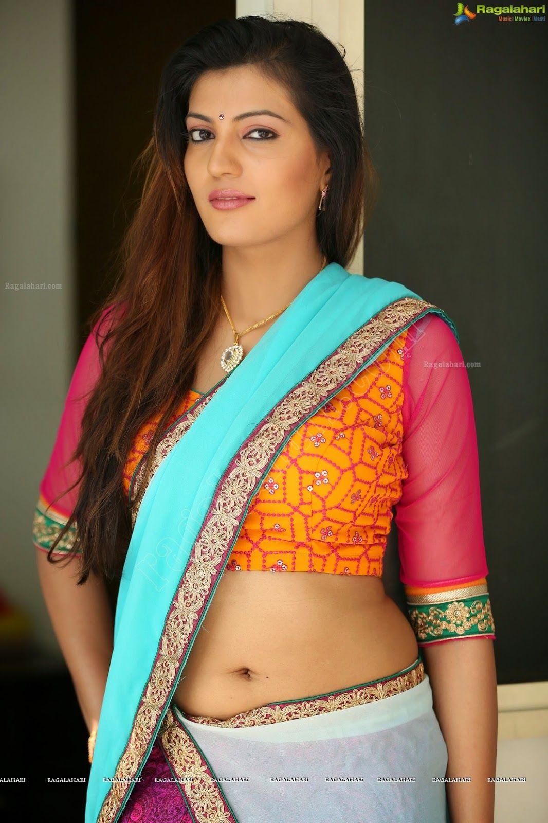 Sexy saree cleavage hot pics