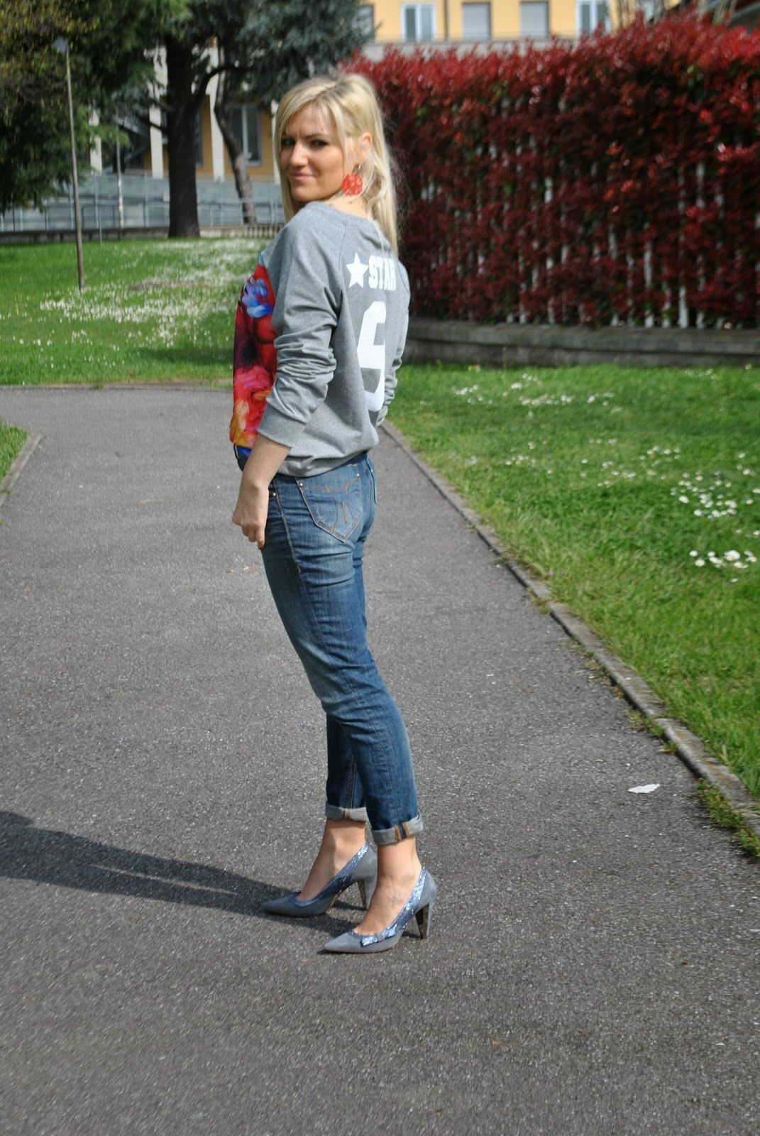 Color-Block By FelyM.: HIGH WAIST JEANS AND SWEATSHIRT