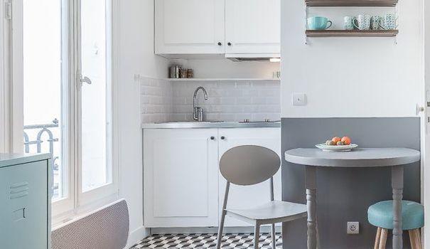 Agreable Dans Un Petit Studio Parisien, La Cuisine Tient Dans Un Petit Recoin Proche  De La Table ...