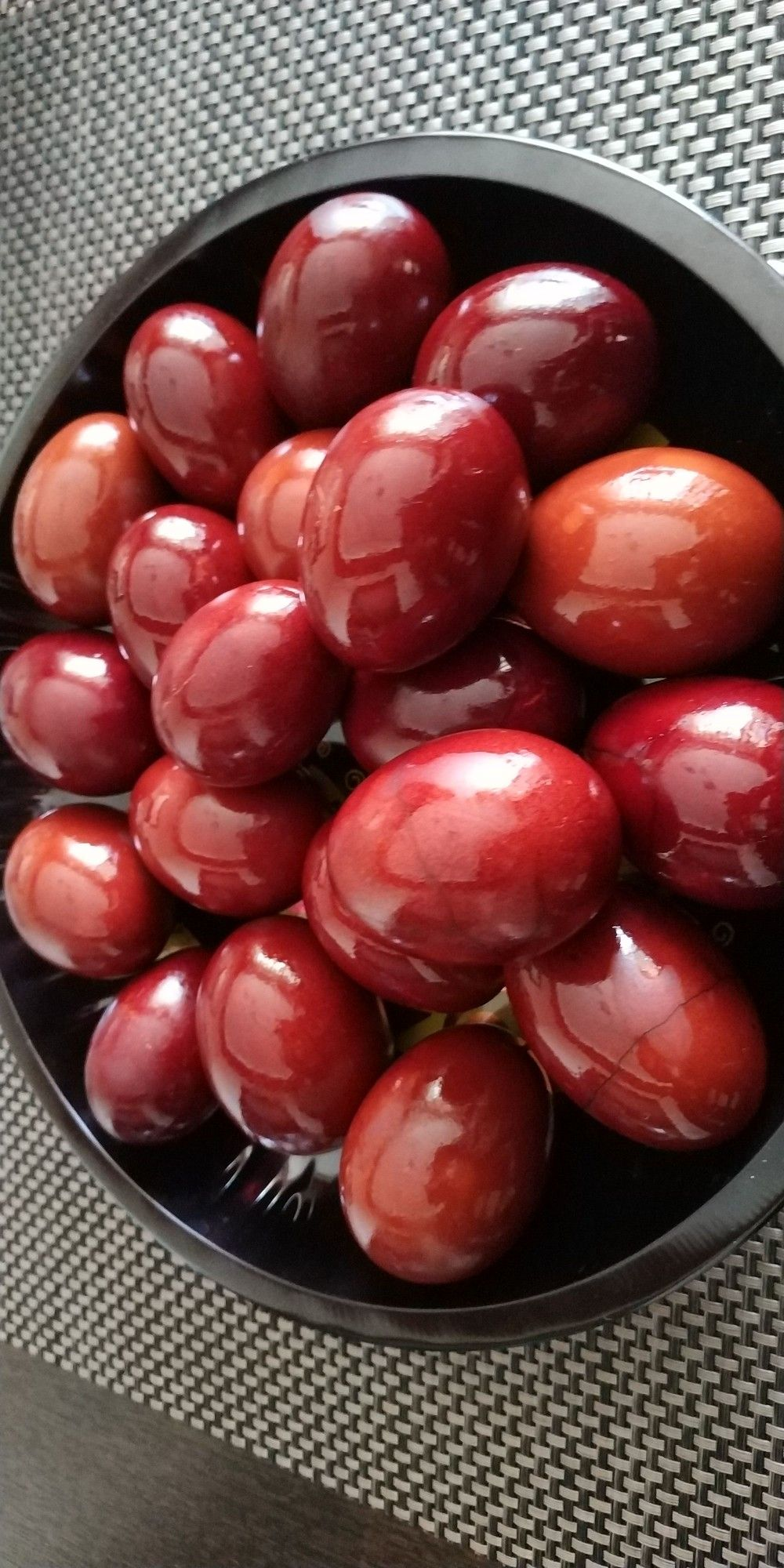 Oua rosii vopsite natural cu ceapa rosie
