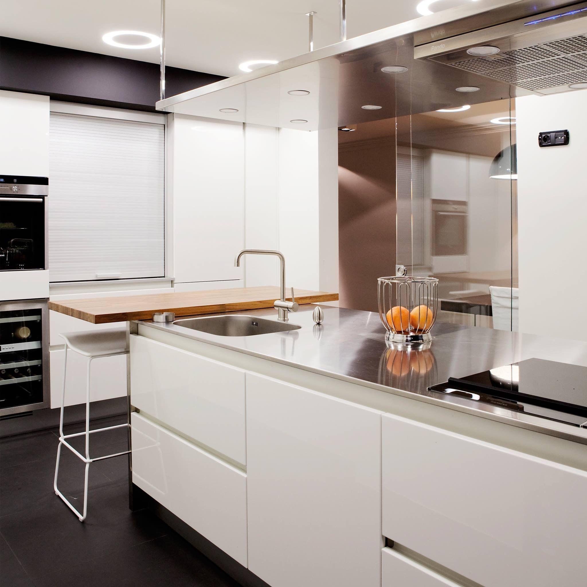 Cocina blanca con encimera de acero inoxidable y madera. Proyecto y ...