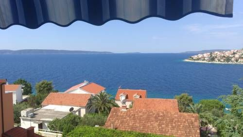 Apartments Vickovic Okrug Gornji Featuring free WiFi, Apartments Vickovic offers pet-friendly accommodation in Trogir. Trogir Marina is 3.6 km away. Free private parking is available on site.  Featuring a terrace, all units include a dining area and a seating area with a TV.