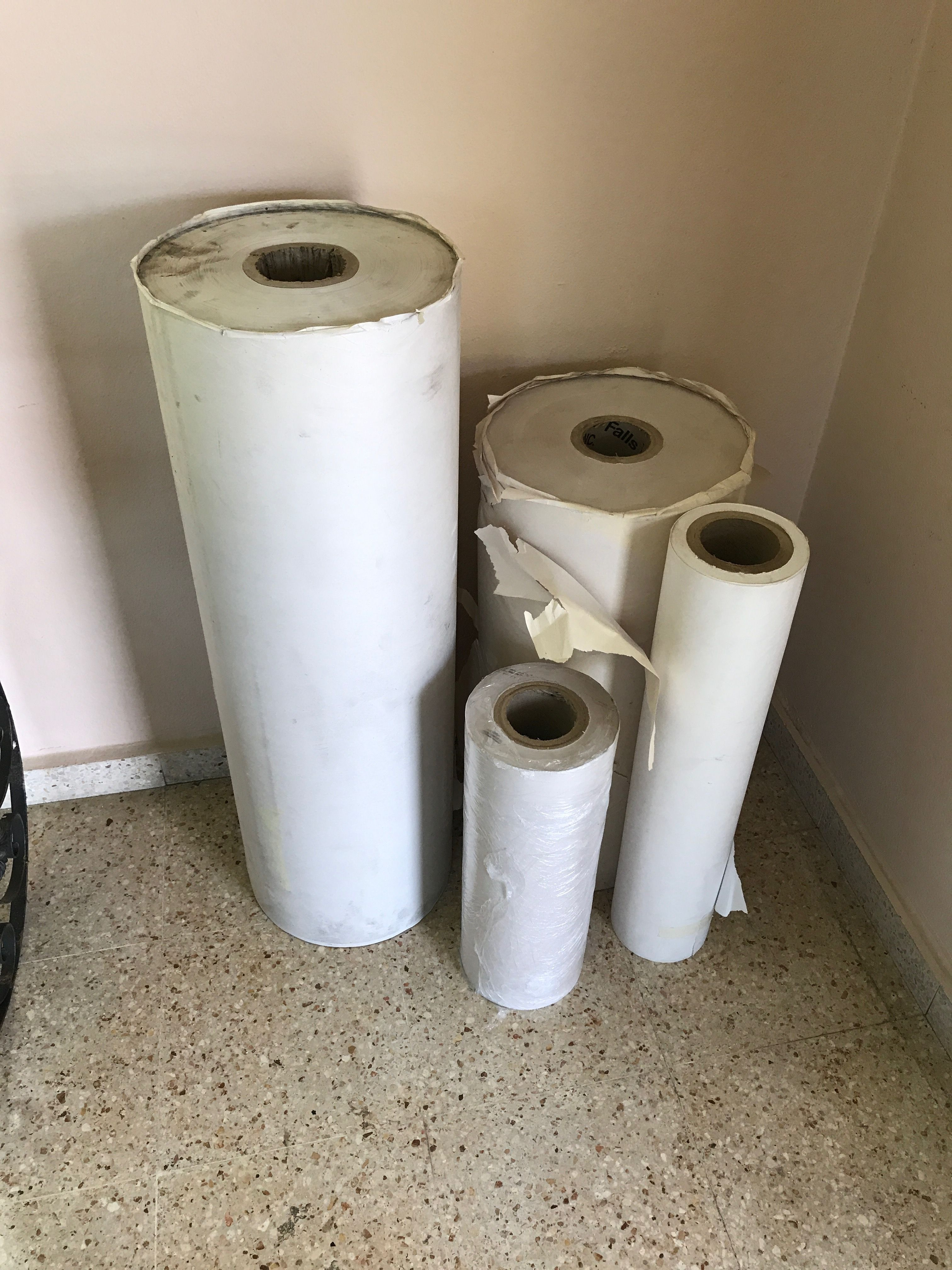 se venden cuatro rollos de papel para hojalatero o pintor