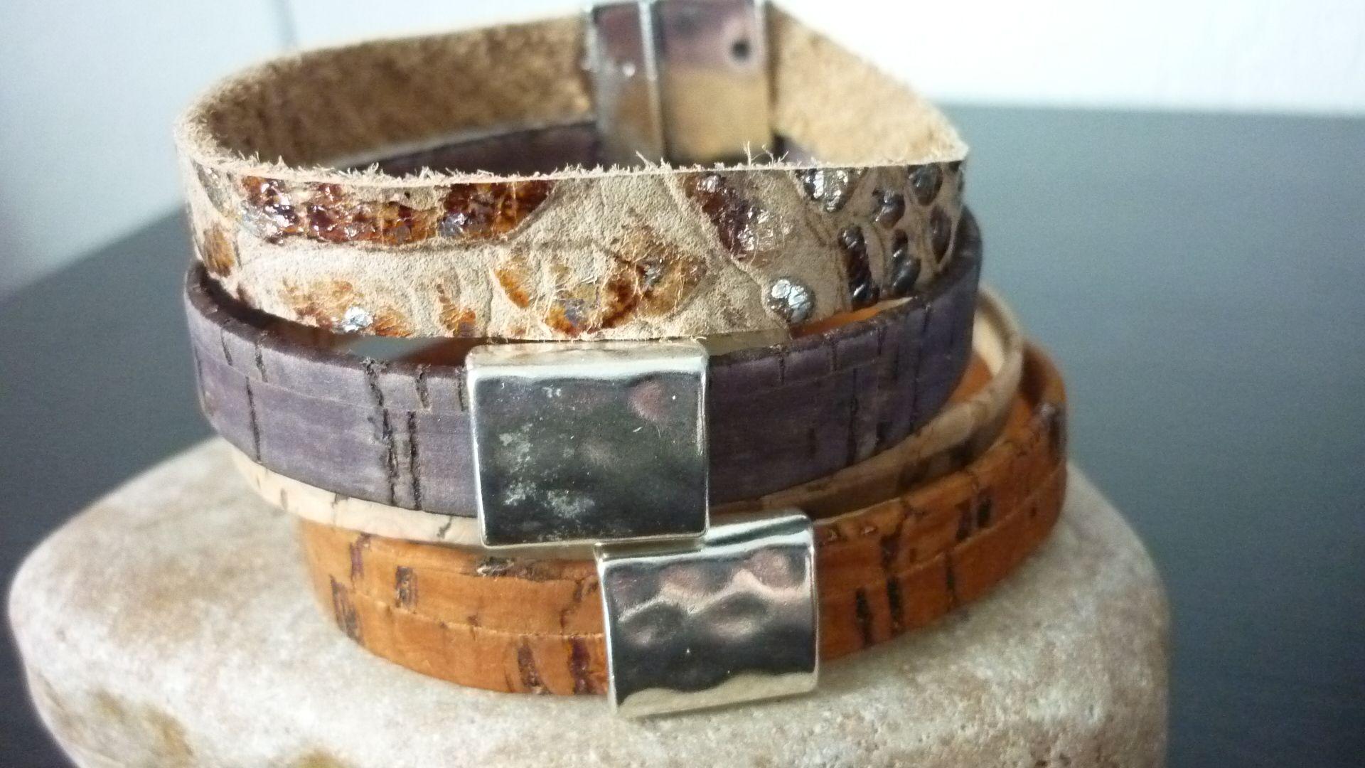Armband van 10 mm Brown and Silver Snakeskin Print Genuine Leather Strap en 3 verschillende tinten bruin kurk met getrommelde leerschuivers en magneetsluiting € 20,=