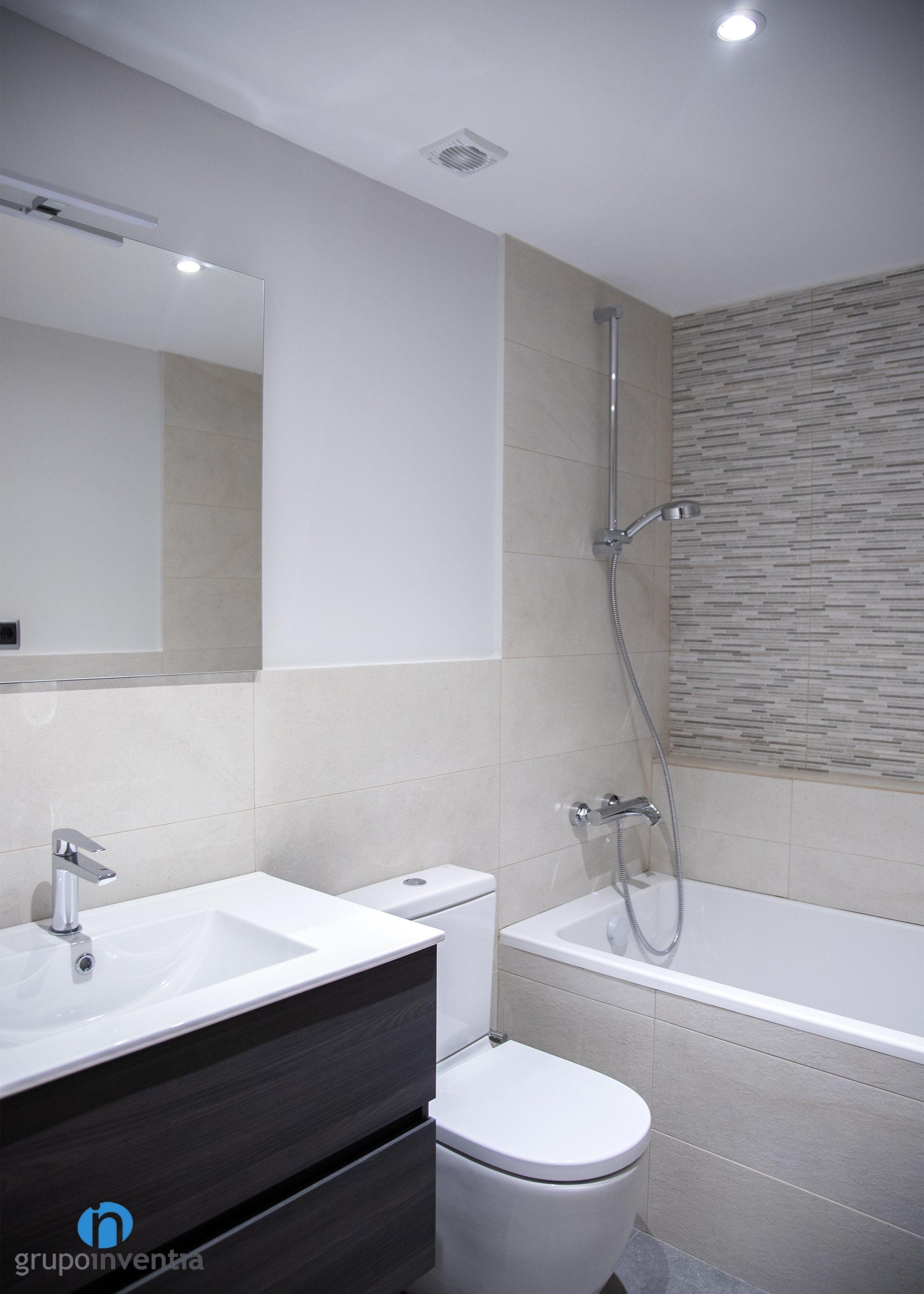 El cuarto de baño principal es amplio y cuenta con un ...
