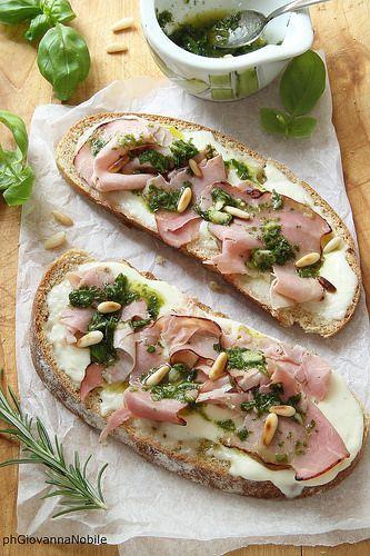 BruschetteBruschette di pane integrale con prosciutto cotto al basilico Lenti, crescenza e pesto leggero di basilico
