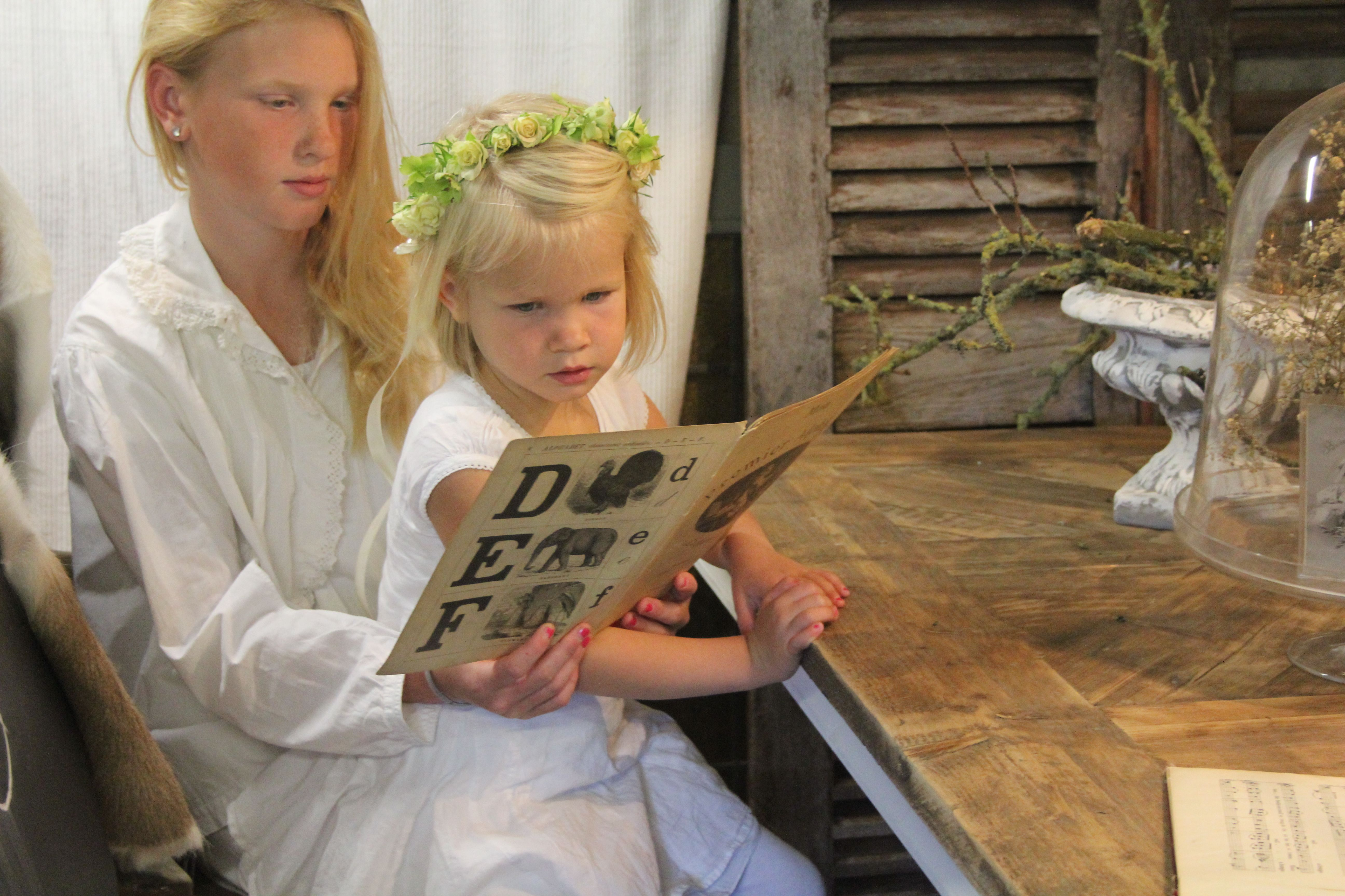 A Good Night Story around the Chateau Mosaique Diningtable!