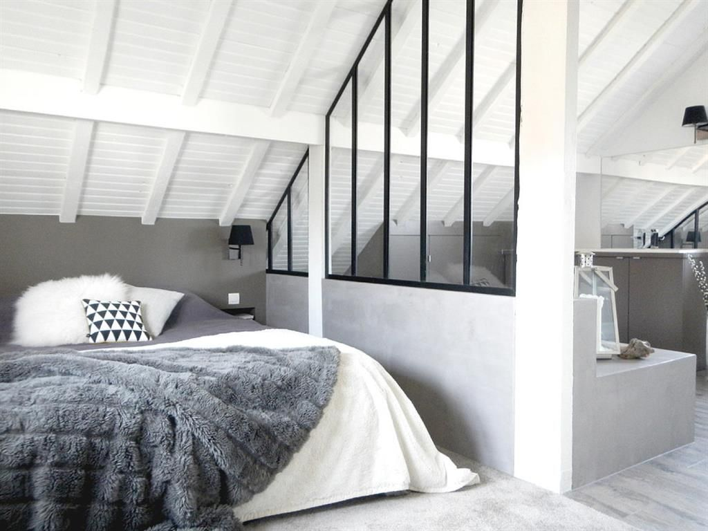 amazing white master bedroom under the roof on domozoomcom chambre sous les toits sur with tete. Black Bedroom Furniture Sets. Home Design Ideas