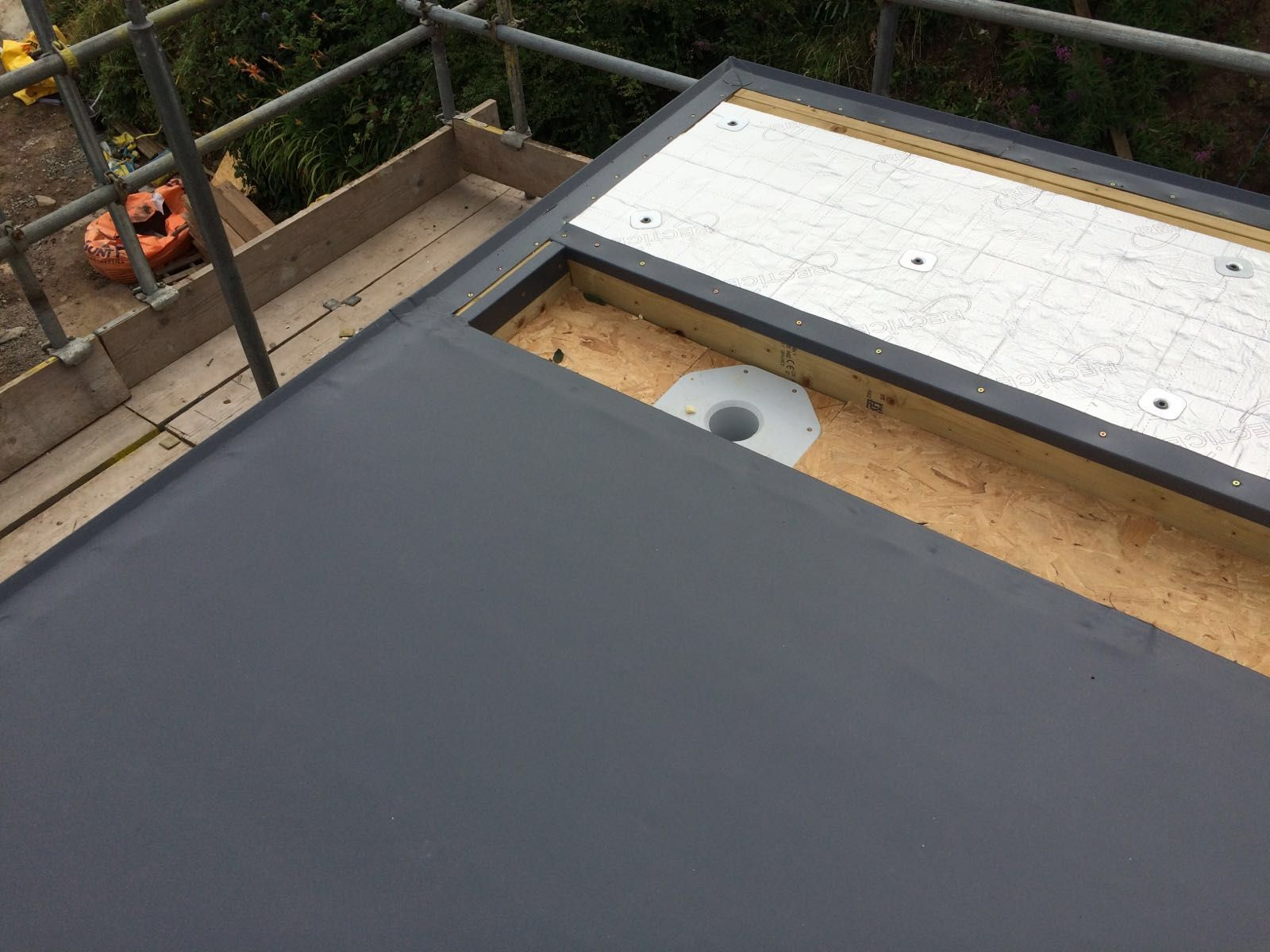 The roof construction consisted 140m2 of Sarnafil lead grey single