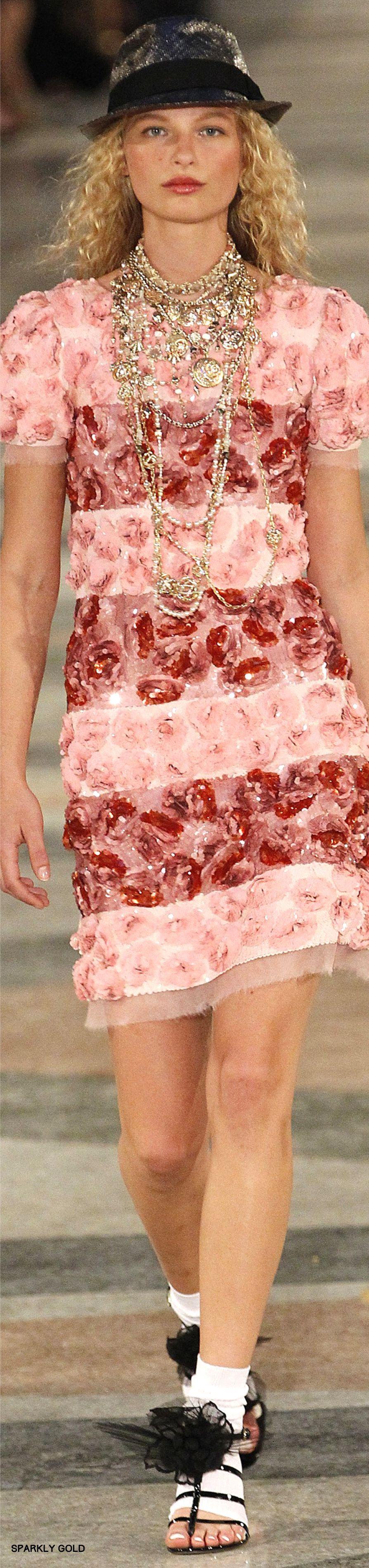 Ontwerpster: Coco Chanel Ik vind deze jurk niet erg mooi. Ik vind het leuk het contrast met roze en rood alleen de bloemen maken het voor mij te druk en maken het ook erg truttig. Het is een typisch zomerjurkje en je zou hem ook op geen enkele andere gelegenheid dan een zomerfeest kunnen dragen.
