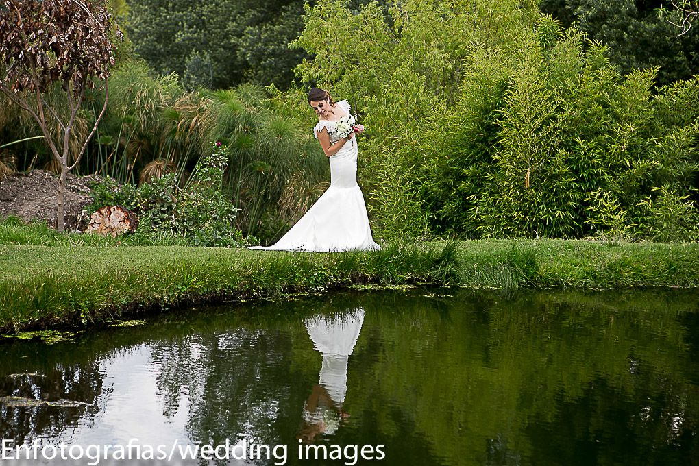 Las fotos de los novios reflejados en el agua siempre le darán un efecto especial a la fotografia