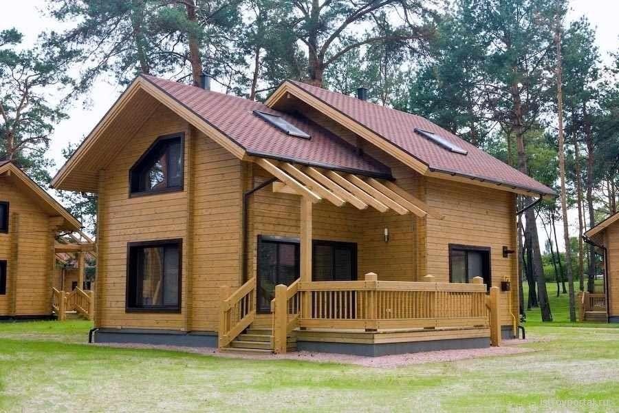 Modelo de casa de troncos cuadrados construida en dos for Casas de madera de dos pisos