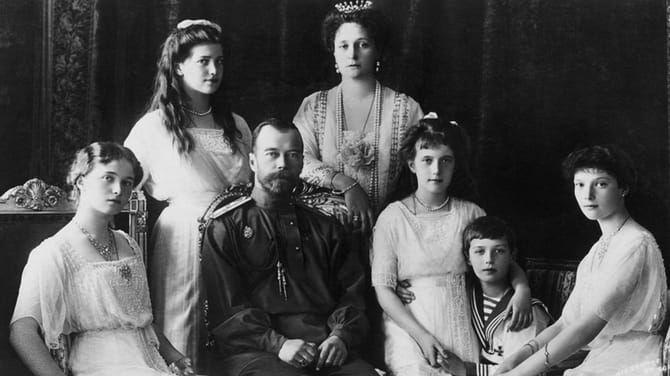 Cárska rodina: Cár Mikuláš II.,  nad ním vpravo cárovná Alexandra  Fjodorovna, ich dcéry Oľga, Mária,  Anastázia, Tatjana a syn Alexej.