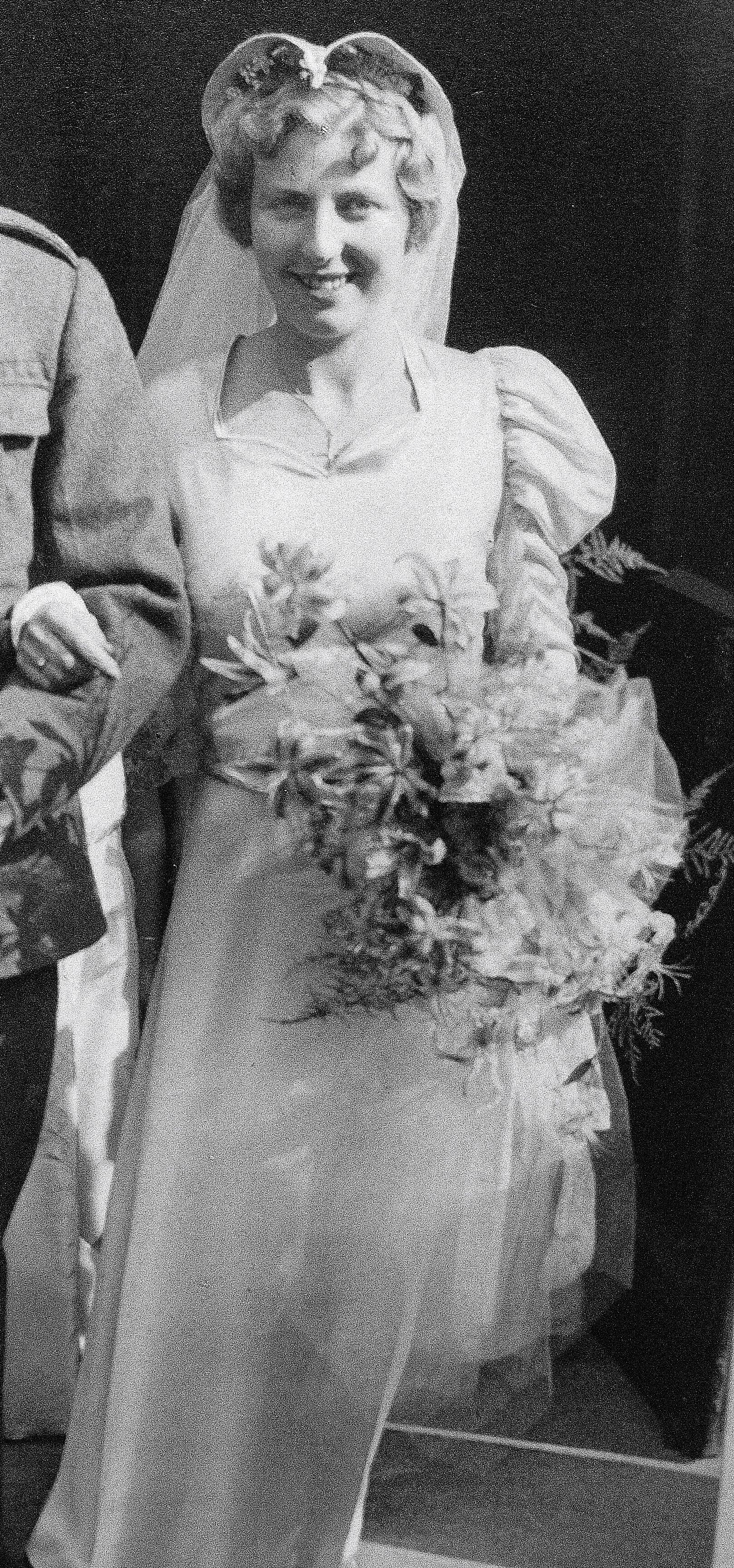1940 wedding dress  Pin by ss Womenus Fashion on s Wedding Dresses