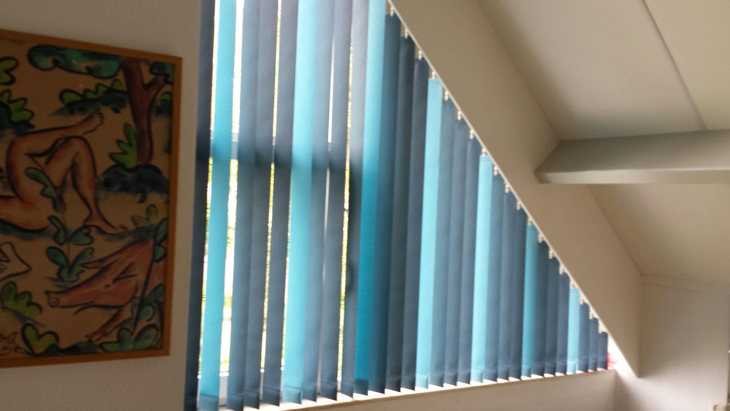 vertikale lamellen voor een schuin raam van luxaflex in 2 verschillende kleuren