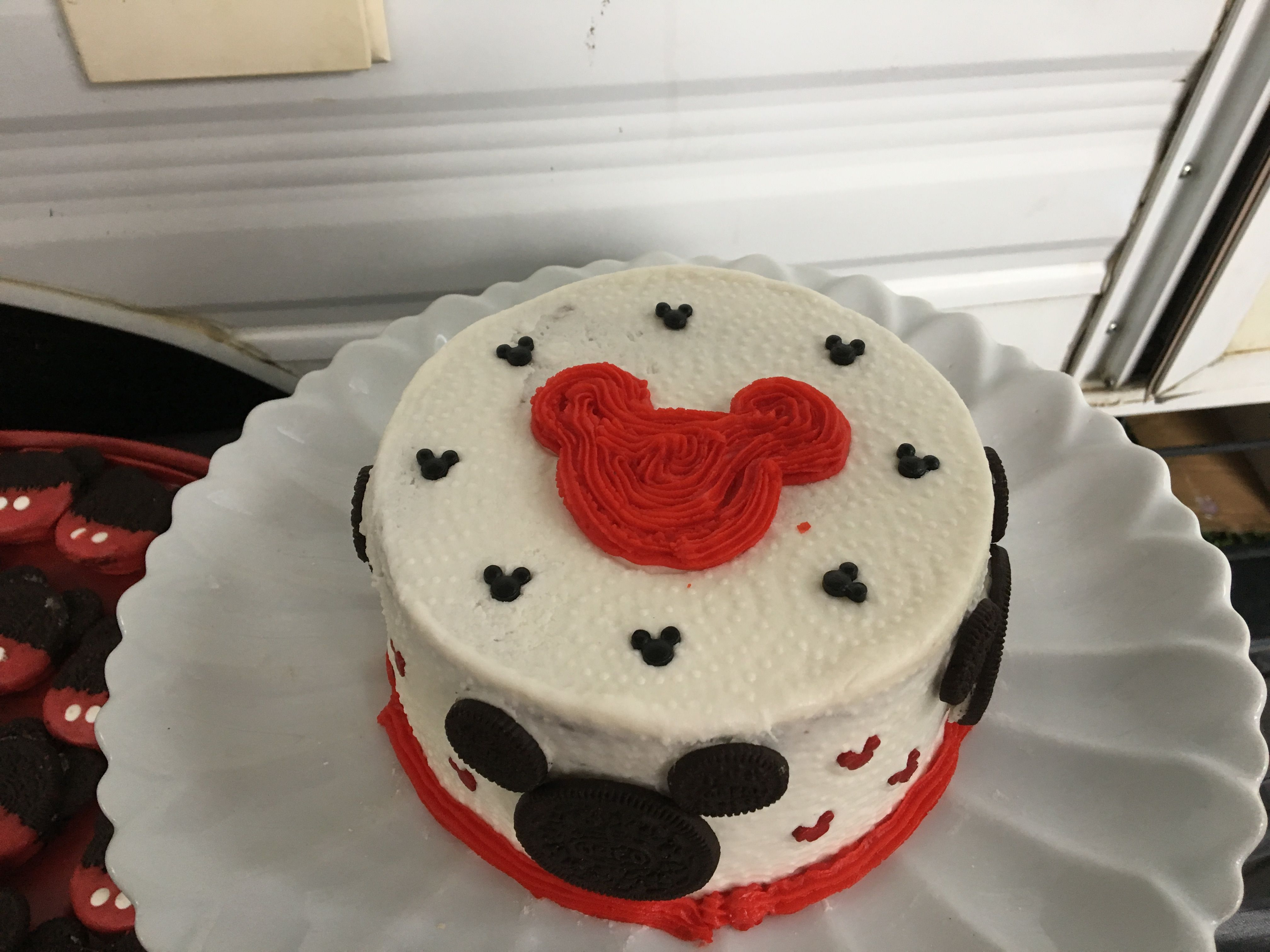 Mickey cake. Simple cake made in a camping trip | Minnie Party ...