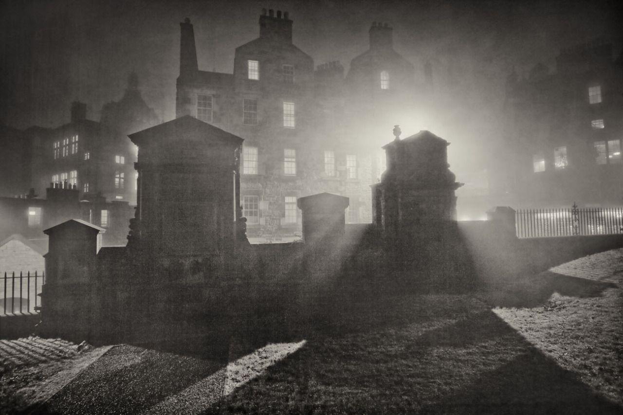 Viisi Osat Edinburgh et voi tietää Are Haunted.  Vanha haamuja, uusia kummituksia, Edinburgh on niitä all.The specters syntisten condemmed elämään iankaikkisessa limbo, kidutettu sielut, jotka ovat häpeällisesti vääryyttä, uhrit julma ja kauhea rikosten ja haamut päättänyt jättää jälkensä elävä - niillä kaikilla on oma paikkansa pääkaupungin haamu stories.We katsomaan viisi vähemmän tunnettu ghastly tarinoita ahdisti Edinburgh.Source: Scotsman