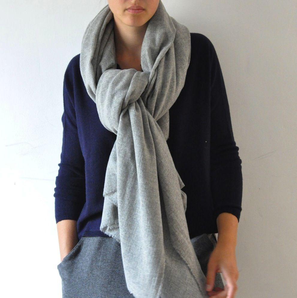 Très grande écharpe en cachemire gris clair   Scarves   Cashmere ... bd493df4429