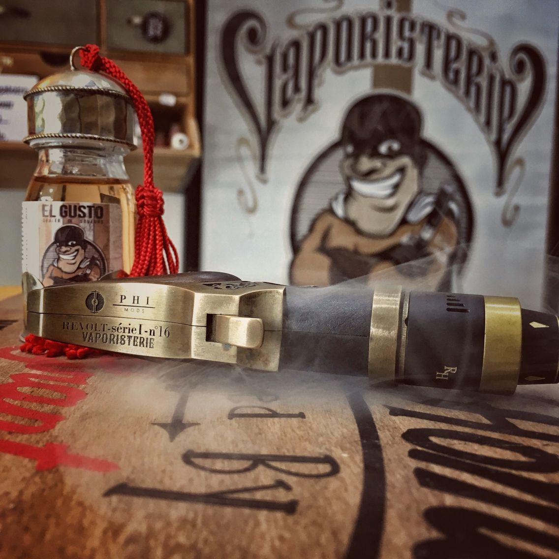 """E-liquide Tabac gourmand """"EL GUSTO"""" de la gamme DEALER DE SAVEURS... Arôme aux notes de Tabac et de dattes. Falcon 10ml Disponible en 0 - 1,5 - 3 et 6mg de nicotine/ml. Fabriqué en France @PhiMods"""