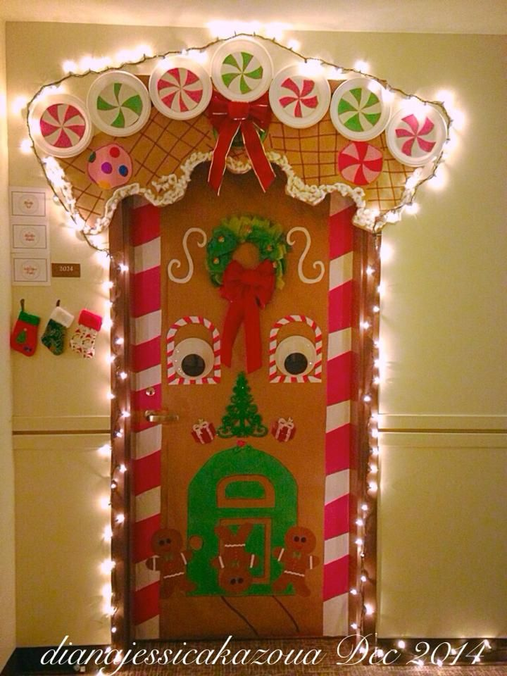 Gingerbread house door decorating decorations navidad for Decoraciones navidenas para puertas de oficina