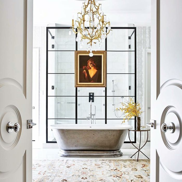marcos vintage, baño de lujo con alfombra y bañera, lámpara de araña ...