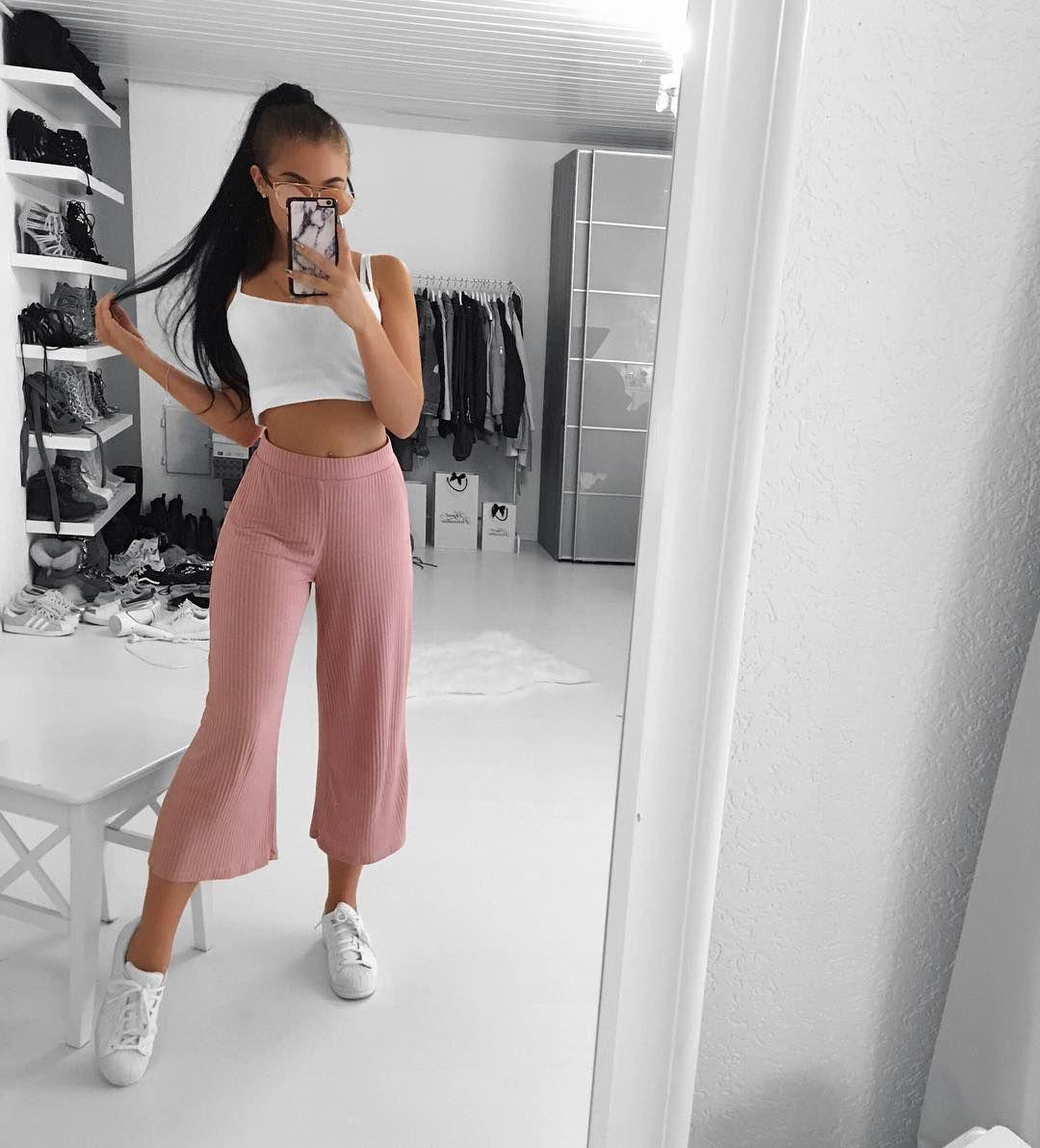 Teen Taking Ab Ihre Kleidung