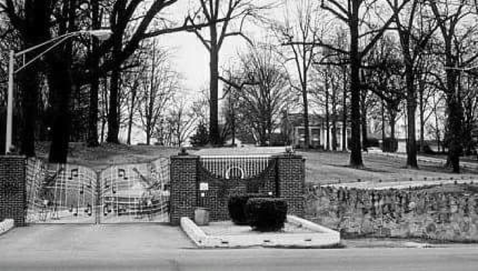 November 25 1975 Elvis Borrowed 350 000 From The National Bank Of Commerce In Memphis Graceland Was Put Up As Elvis Presley House Graceland Elvis Graceland