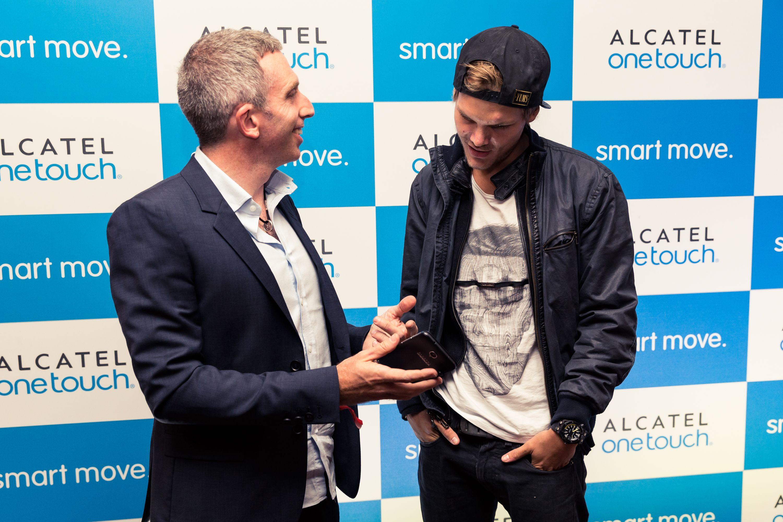 """ALCATEL ONETOUCH patrocinará la próxima gira mundial de AVICII y lo presentará en todas sus comunicaciones relacionadas con sus líneas de producto IDOL y HERO. """"Me entusiasma trabajar con ALCATEL ONETOUCH"""", dijo el DJ y productor. http://bit.ly/1lOJ65C"""